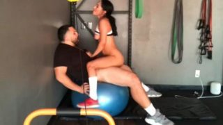 Fucking hot chick in a public gym